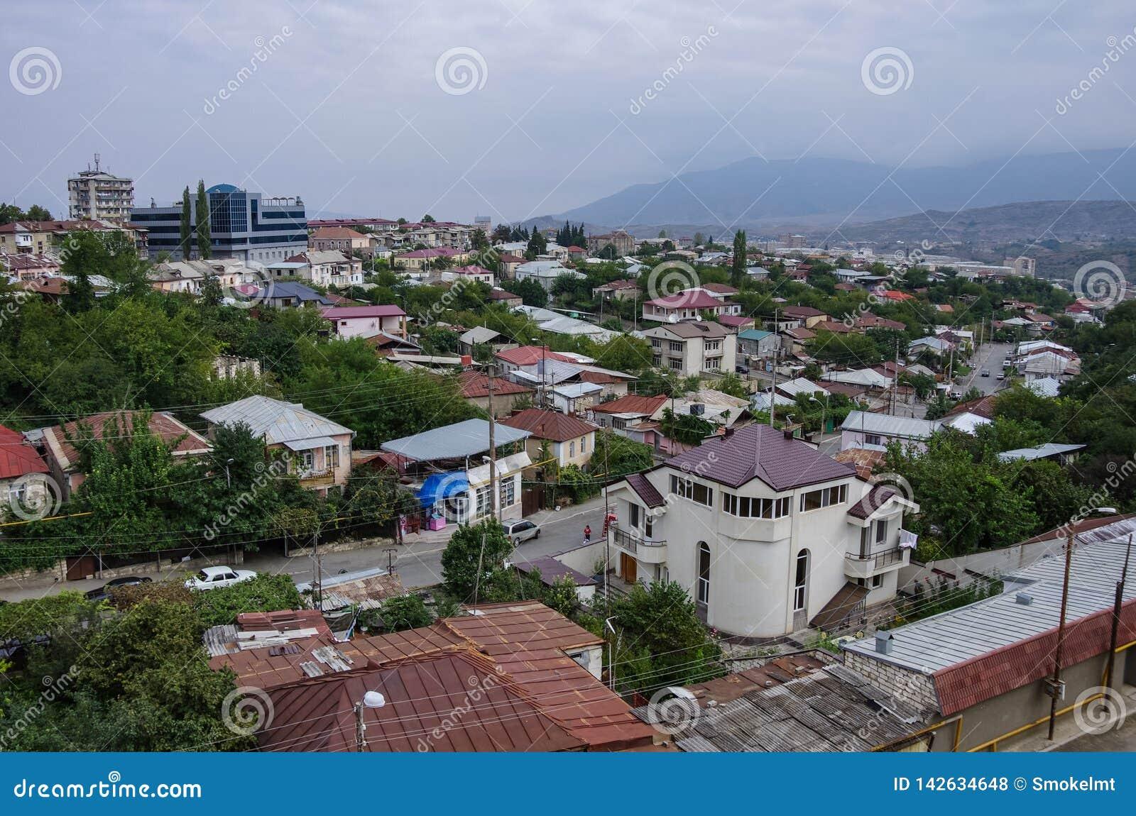 Flyg- bästa sikt av Stepanakert huvudstaden av Nagorno-Karabakh Artsakh