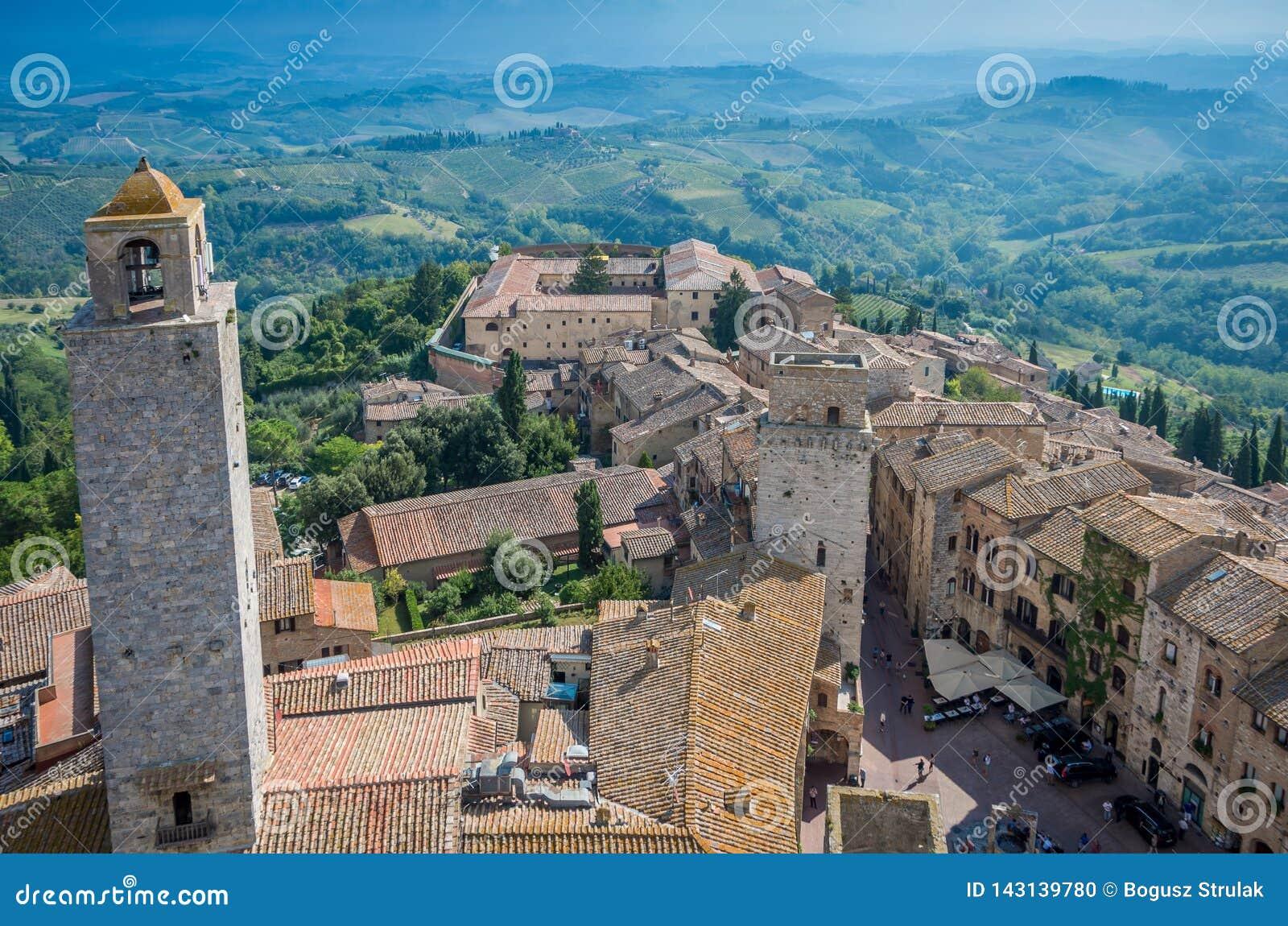 Flyg- bred vinkelsikt av den historiska staden av San Gimignano med Tuscan bygd, Tuscany, Italien