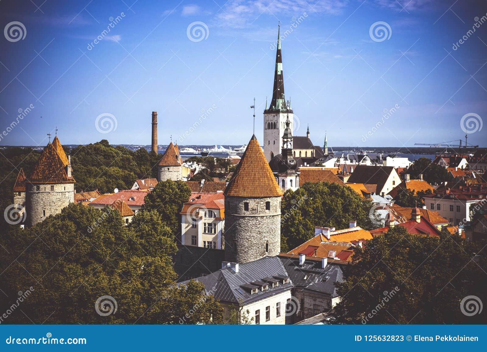 Flyg- cityscape med den medeltida gamla staden och St Olaf Baptist Church i Tallinn