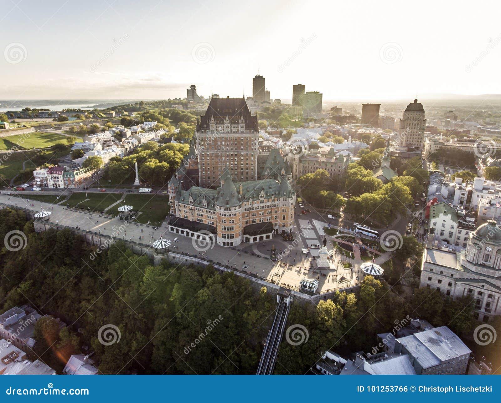 Flyg- helikoptersikt av det ChateauFrontenac hotellet och gammal port i Quebec City Kanada