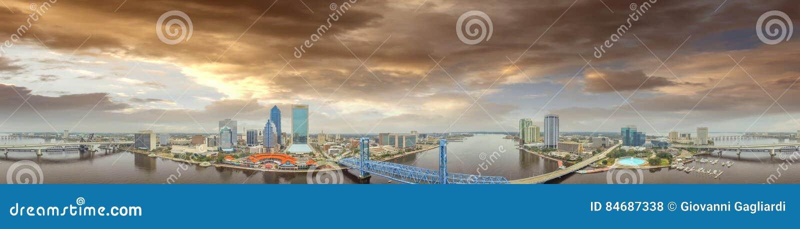 Flyg- horisont för fantastisk solnedgång av Jacksonville, FL