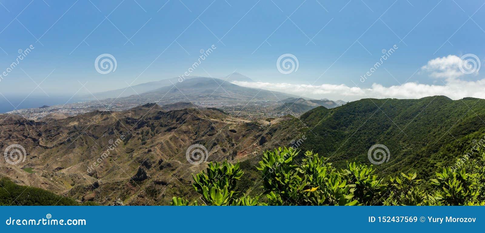 Flyg- kustsikt av berg Anaga och den LaLaguna dalen Solig dag klar blå himmel med små fluffiga vita moln Äldst del