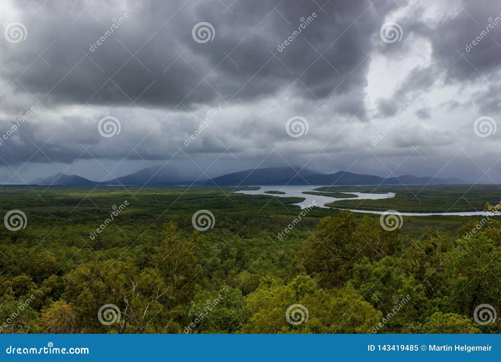Flyg- landskapsikt av Barron Gorge National Park ett världsarv i Skotska högländerna för Atherton högslättrösen på den våta tropi