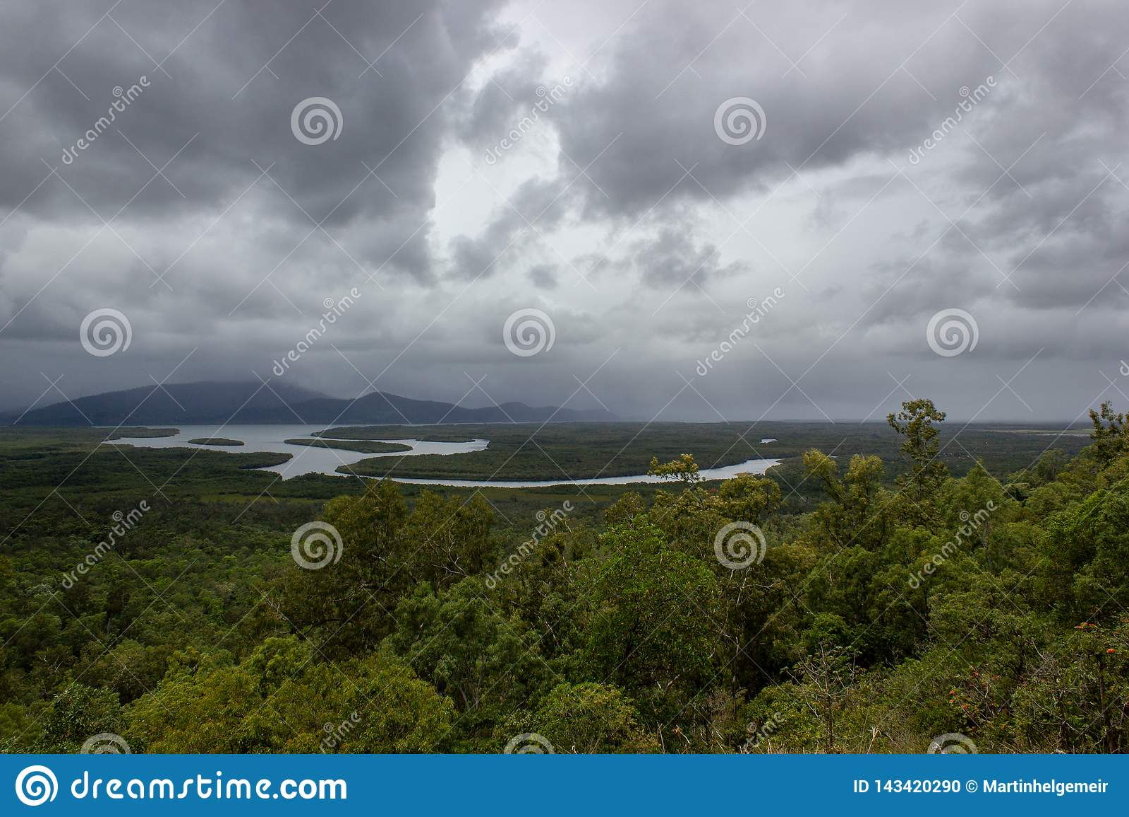 Flyg- landskapsikt av Barron Gorge National Park ett v?rldsarv i Skotska h?gl?nderna f?r Atherton h?gsl?ttr?sen p? den v?ta tropi