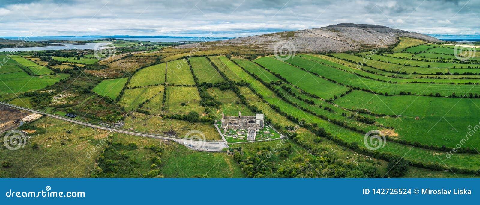 Flyg- panorama av den Corcomroe abbotskloster fördärvar och dess kyrkogård