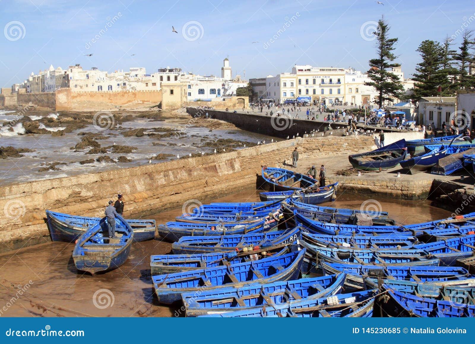 Flyg- panoramautsikt för Essaouira vallar i Essaouira, Marocko med traditionella blåa fiska skepp Essaouira är en stad