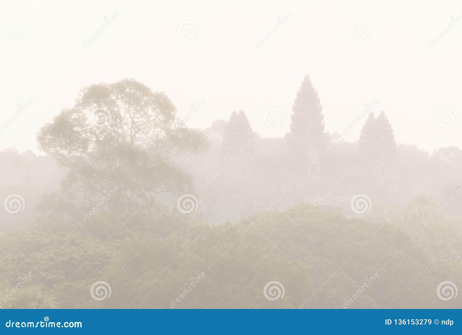 Flyg- sikt av Angkor Wat i mist