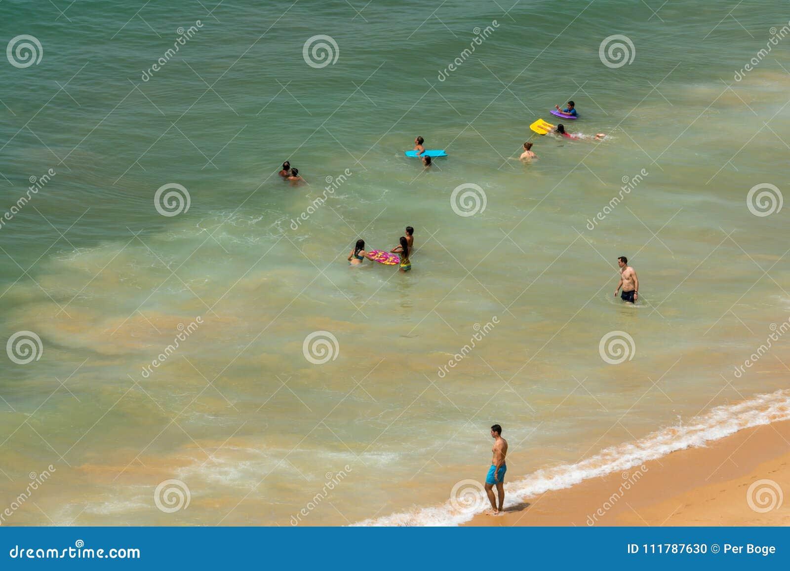 Flyg- sikt av att bada för elva personer