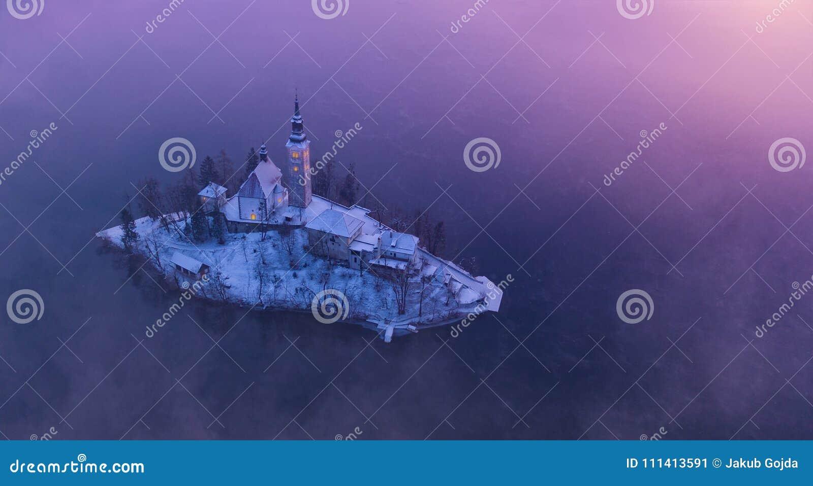 Flyg- sikt av Bled sjön i soluppgångljus