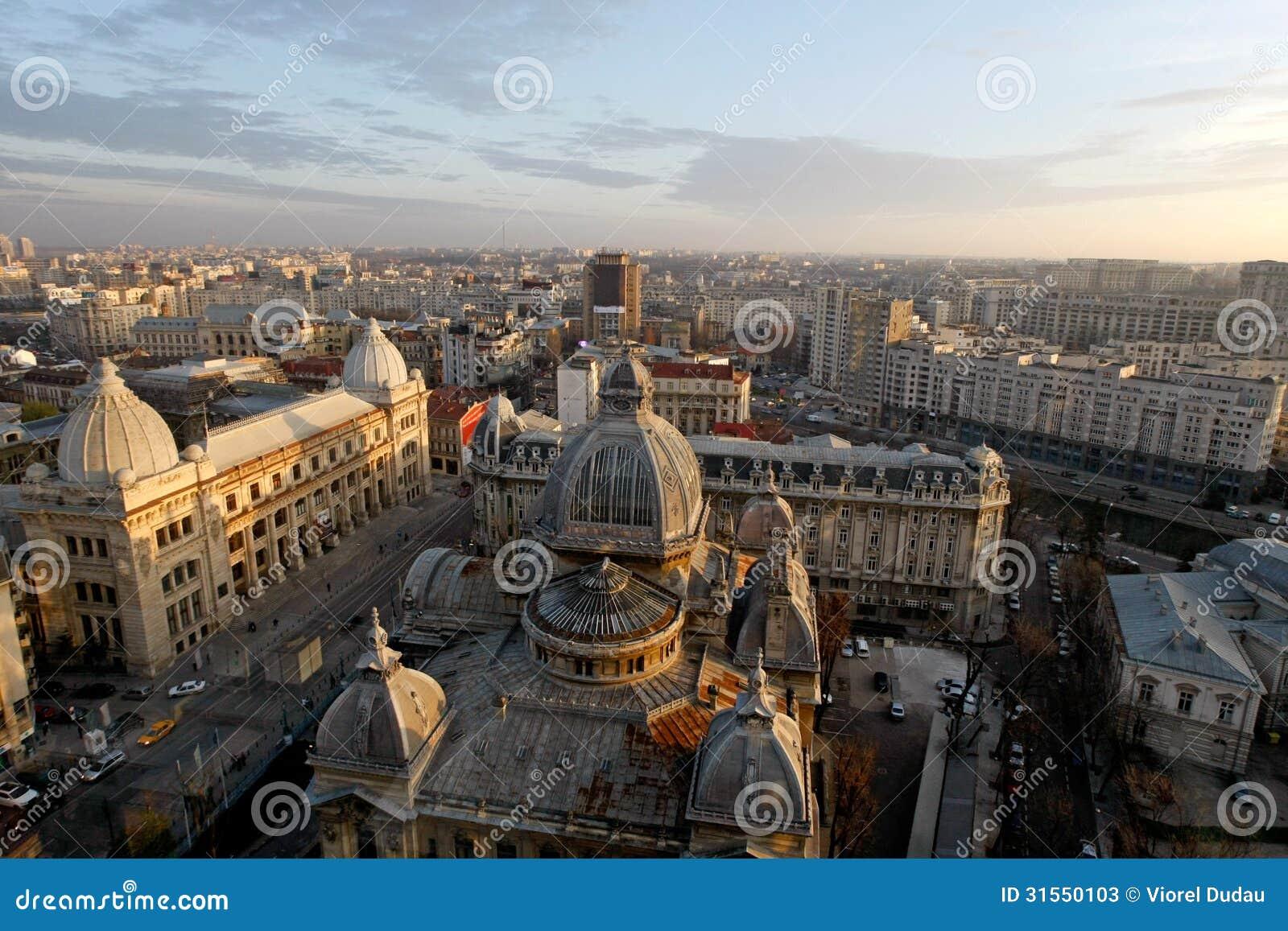 Flyg- sikt av Calea Victoriei och CEC Palace i Bucharest