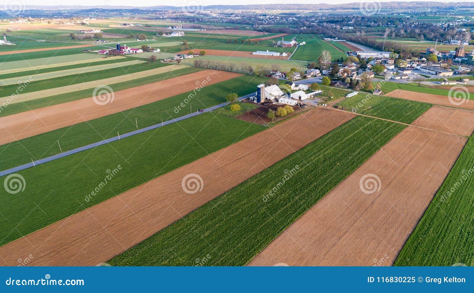 Flyg- sikt av den Amish lantgården som ses av luft med surret