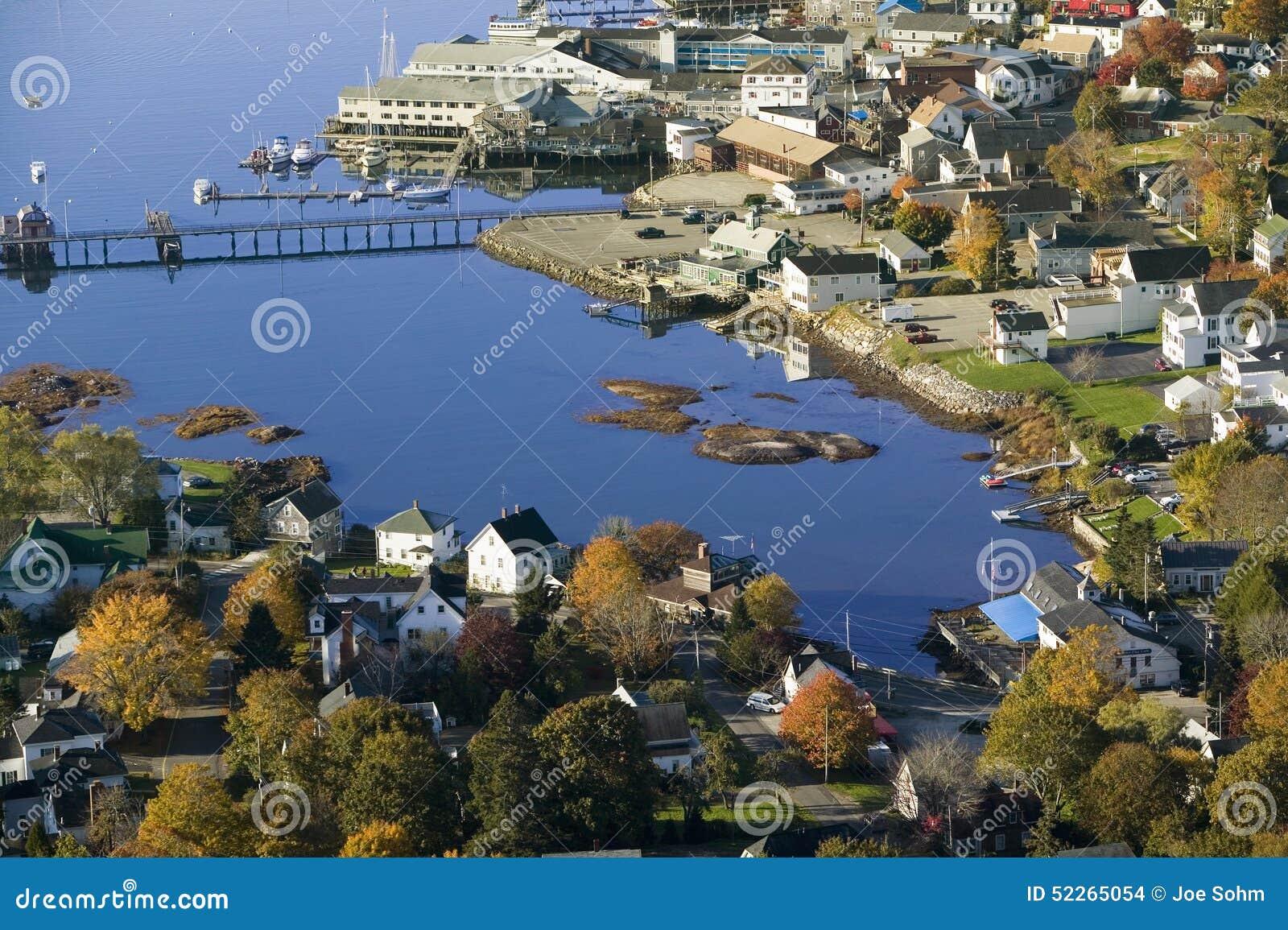 Flyg- sikt av den Boothbay hamnen på den Maine kustlinjen
