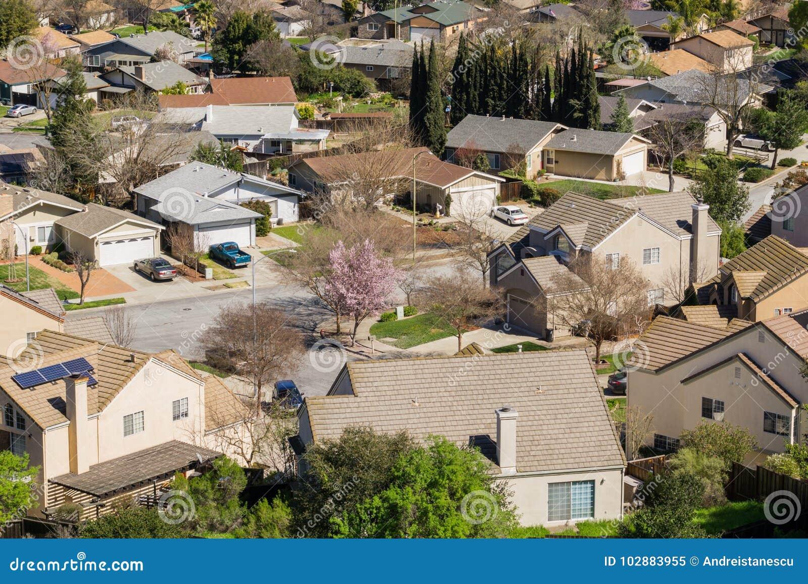 Flyg- sikt av den bostads- grannskapen i San Jose, södra San Francisco Bay, Kalifornien