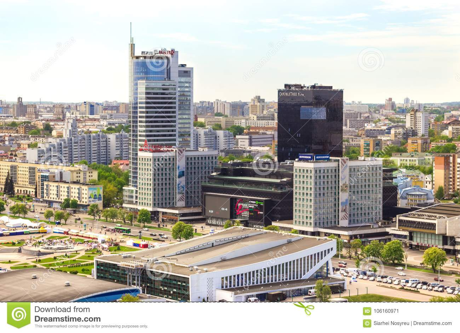 Flyg- sikt av den kungliga plazaen, galleri, hotell Doubletree vid Hilton, banker, slott av sportar Vitryssland Minsk, Nemiga, Ma