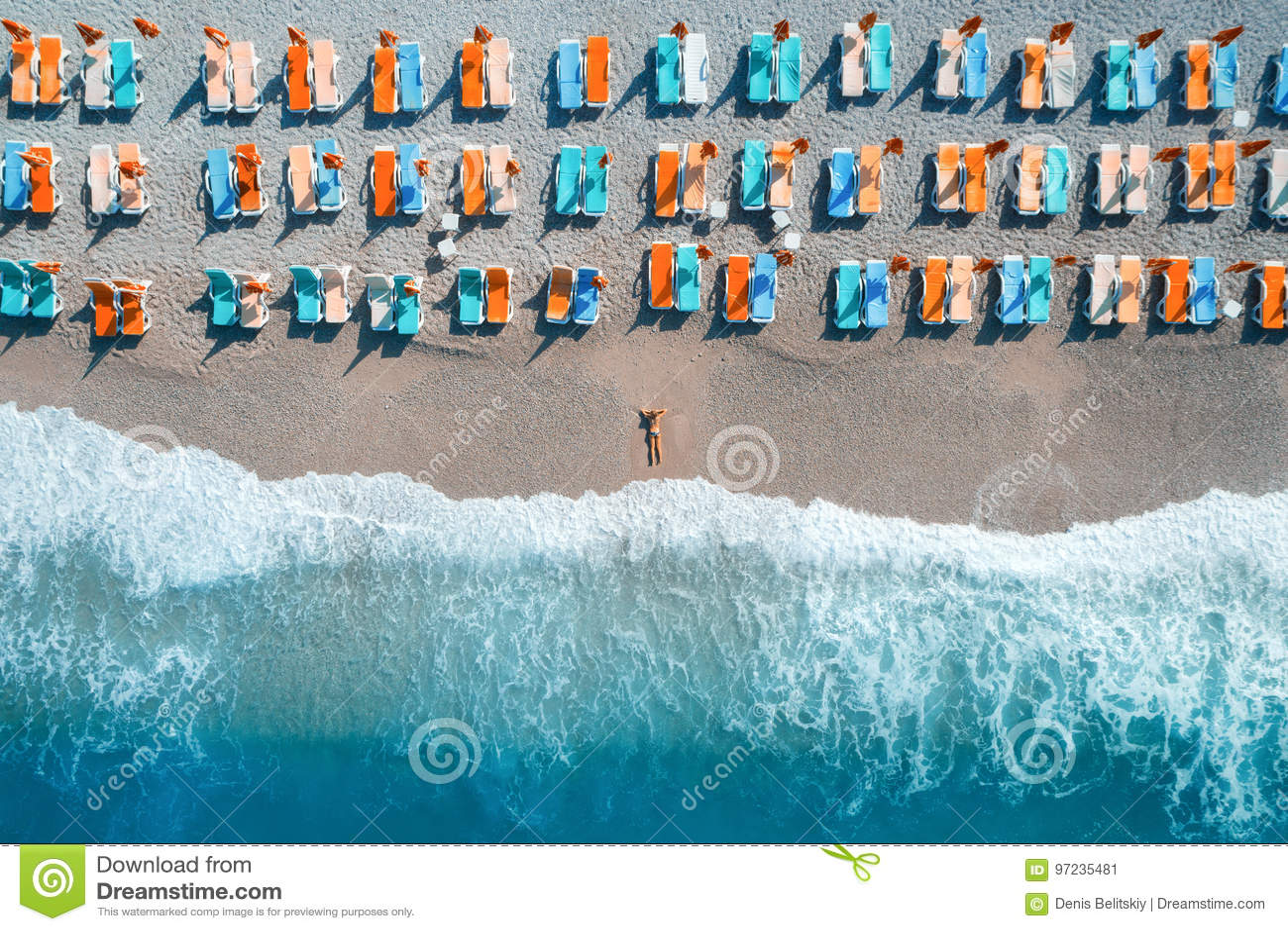 Flyg- sikt av den liggande kvinnan på stranden