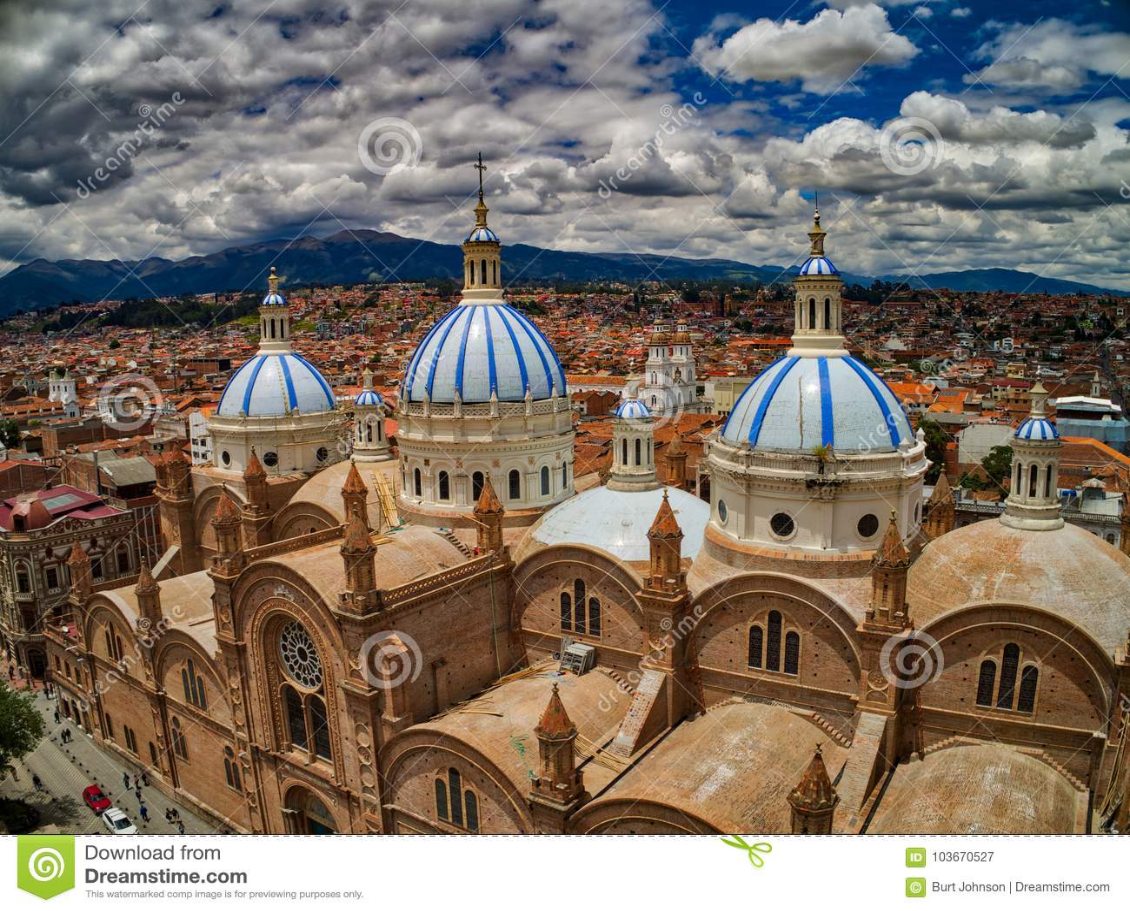 Flyg- sikt av den nya domkyrkan i mitt av Cuenca, Ecuador