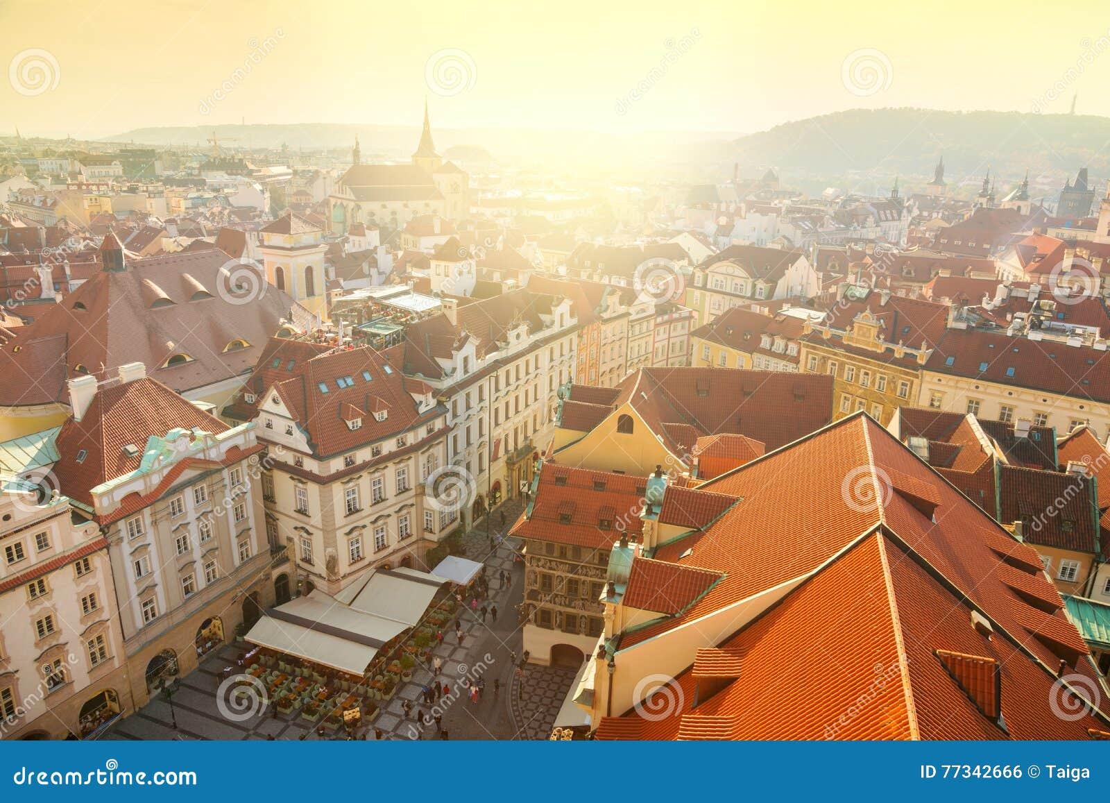 Flyg- sikt av den Prague staden med röda tak