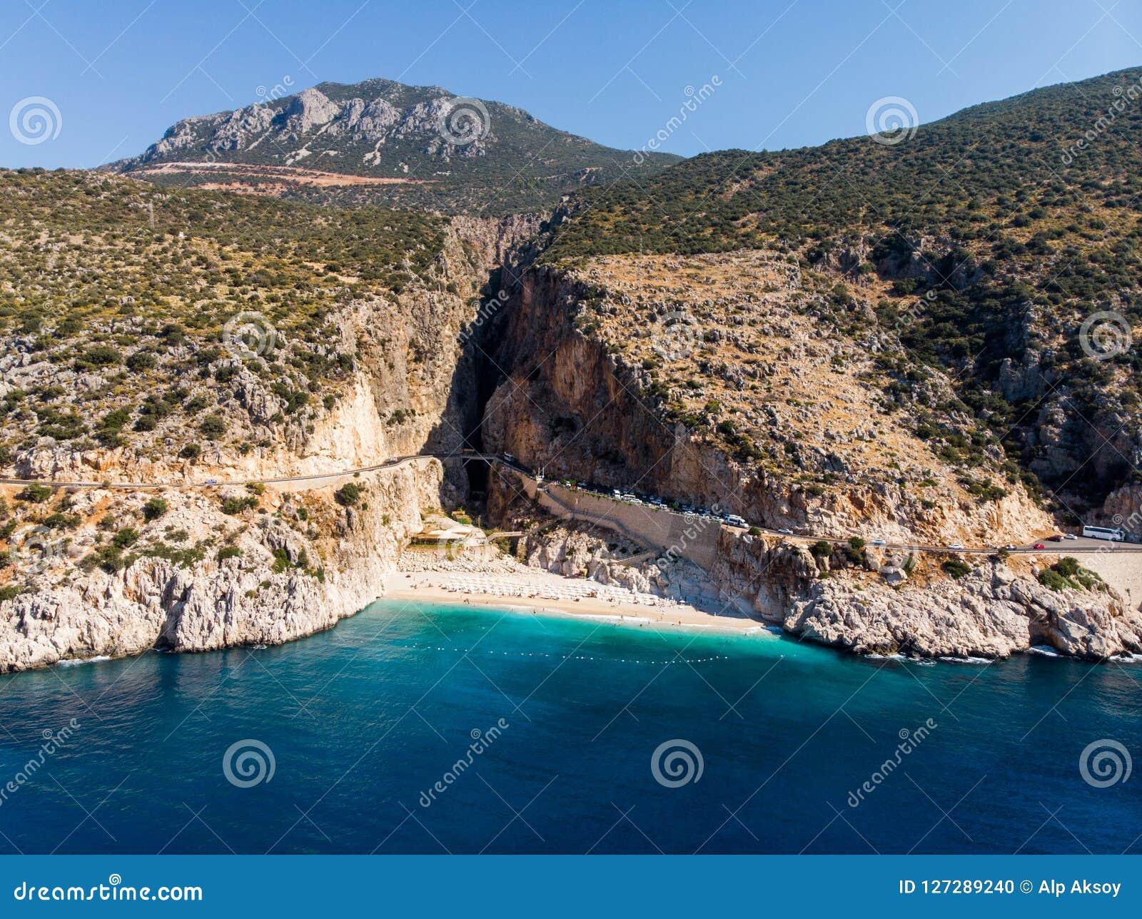 Flyg- sikt av den turkiska medelhavs- kusten för Kaputas strand i det Antalya landskapet Kas/Turkiet