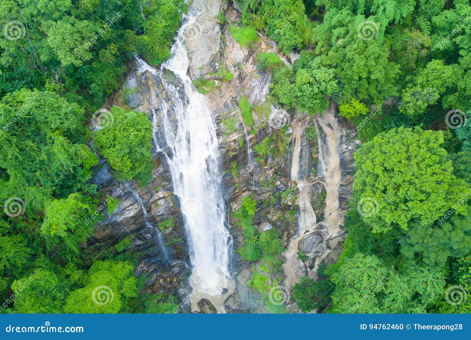 Flyg- sikt av den Wachirathan vattenfallet i regnig säsong på Doi Inth
