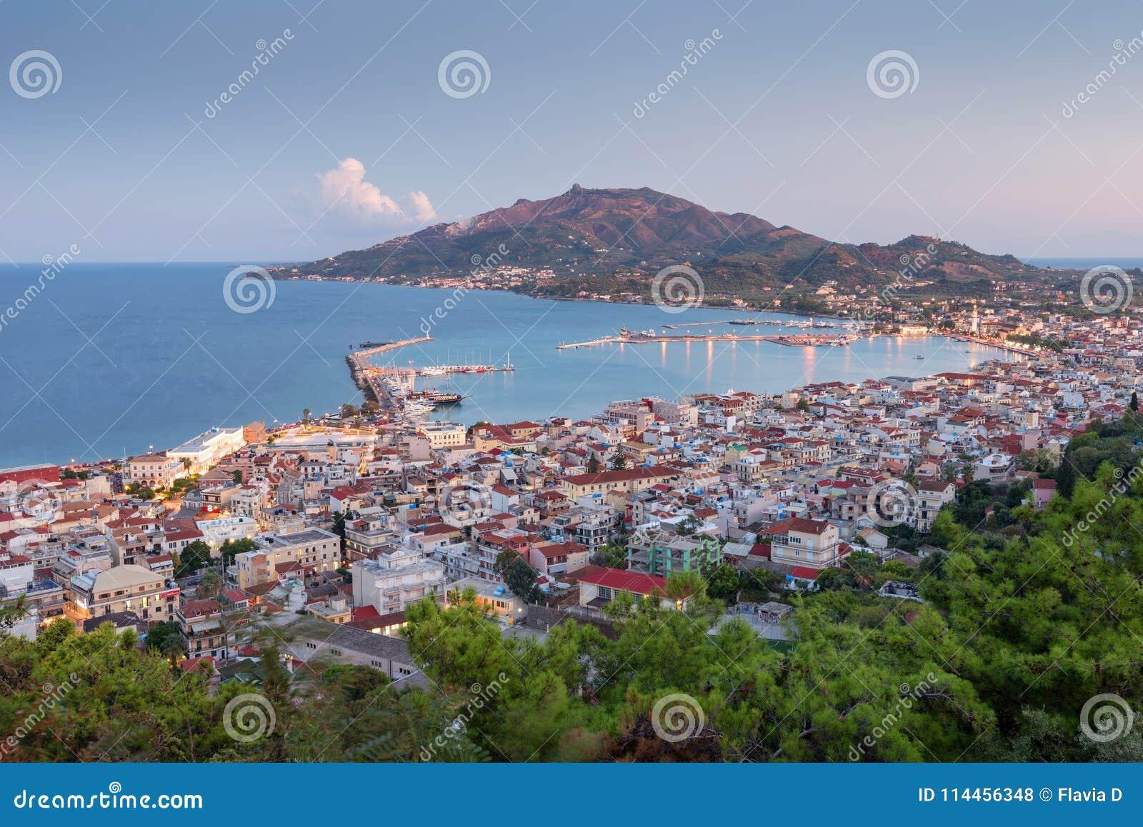 Flyg- sikt av den Zakynthos Zante staden på solnedgången Härlig cityscapepanorama av den Grekland staden Resande begreppsbakgrund