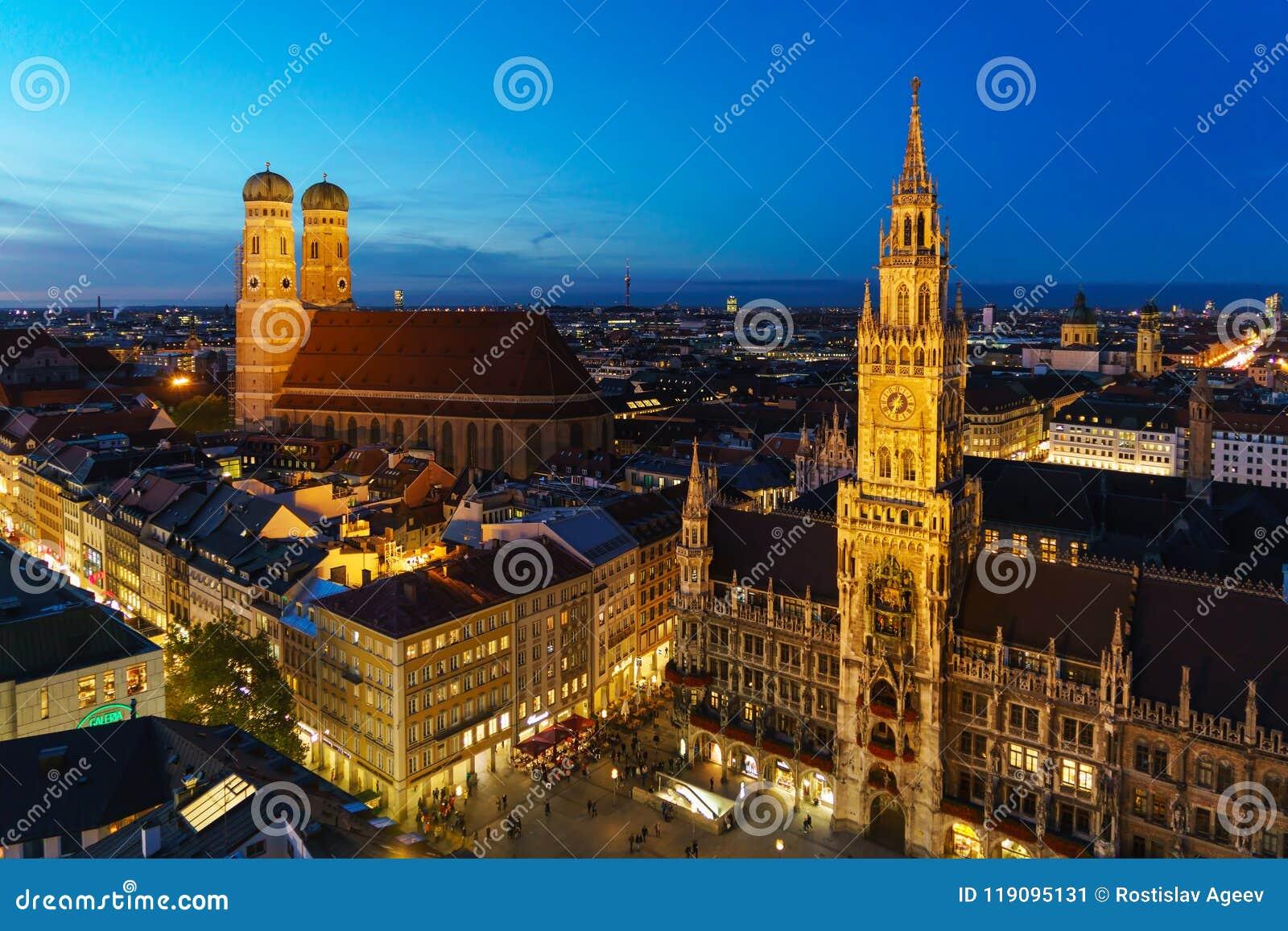 Flyg- sikt av det nya stadshuset och Marienplatzen på natten, Munic