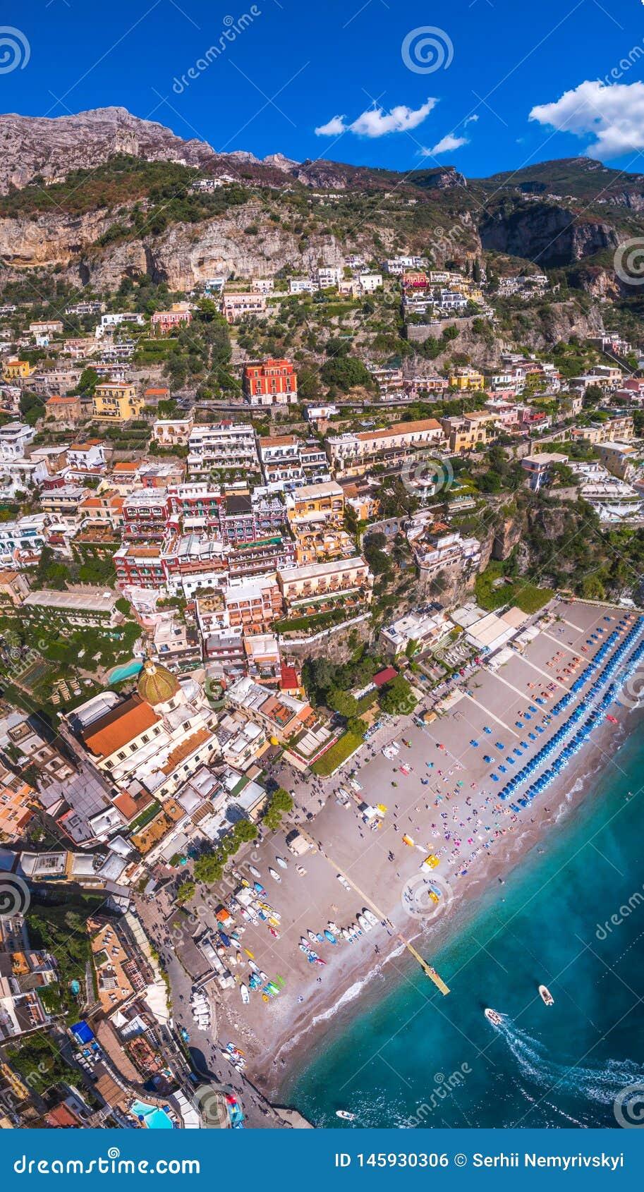 Flyg- sikt av det Positano fotoet, h?rlig medelhavs- by p? den Amalfi kusten Costiera Amalfitana, b?sta st?lle i Italien, lopp
