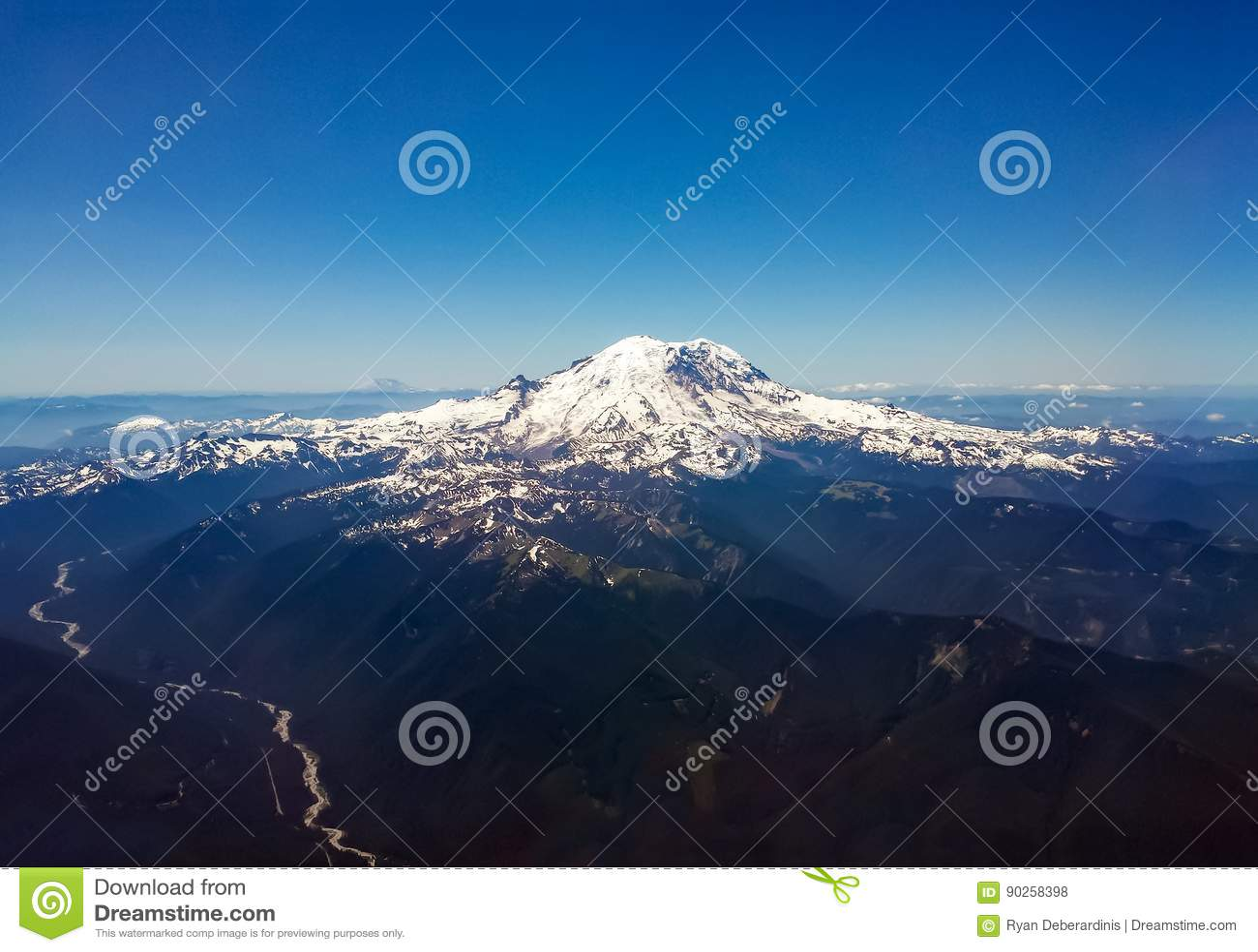 Flyg- sikt av det vulkaniska bergmaximumet i Stillahavs- nordvästliga länder