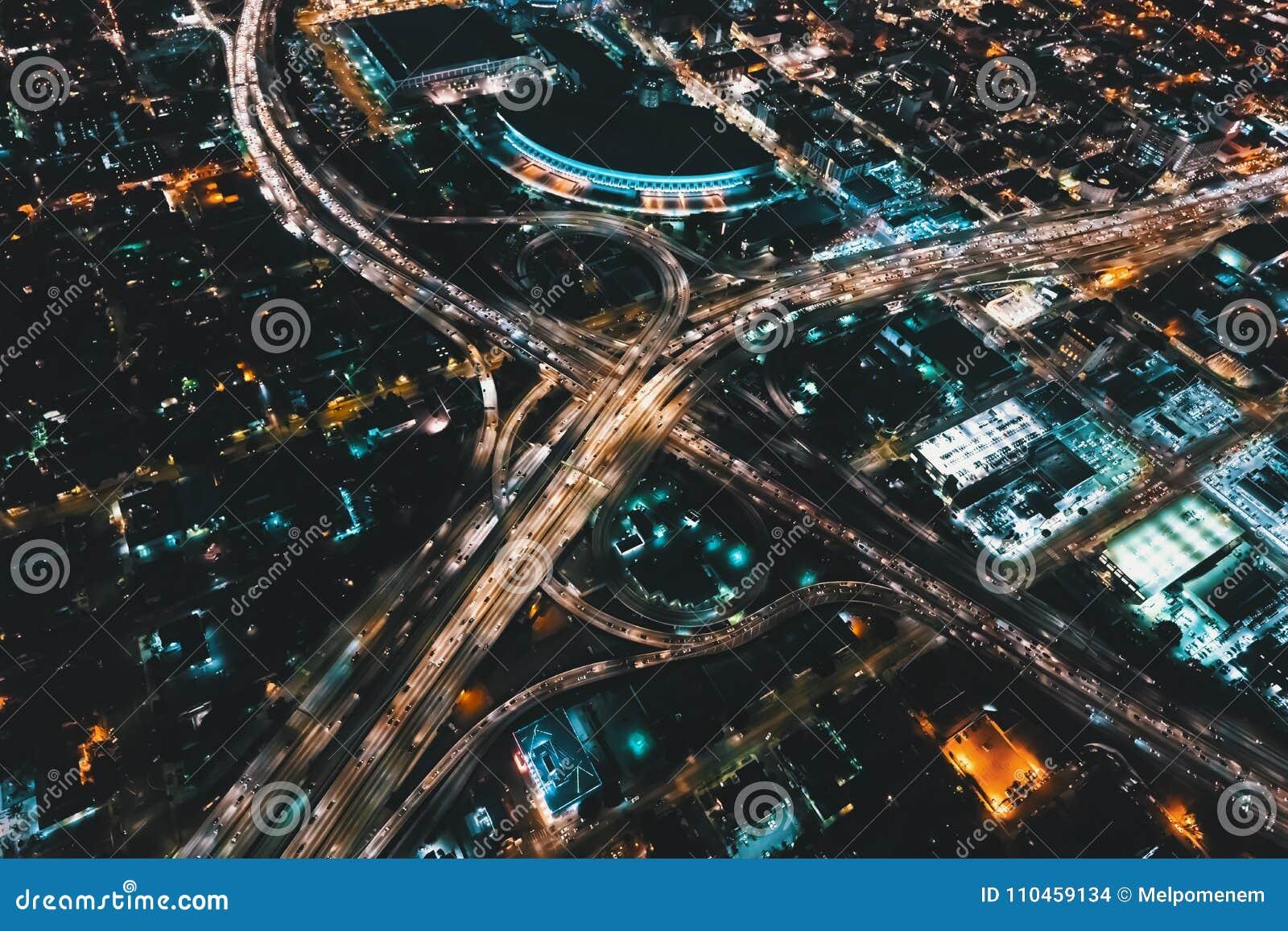 Flyg- sikt av en massiv huvudväg i Los Angeles