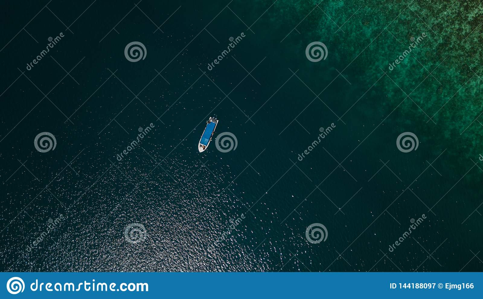 Flyg- sikt av ett fartyg bredvid en rev i mitt av havet