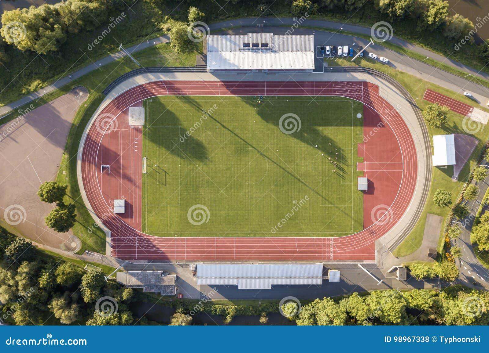 Flyg- sikt av ett fotbollfält