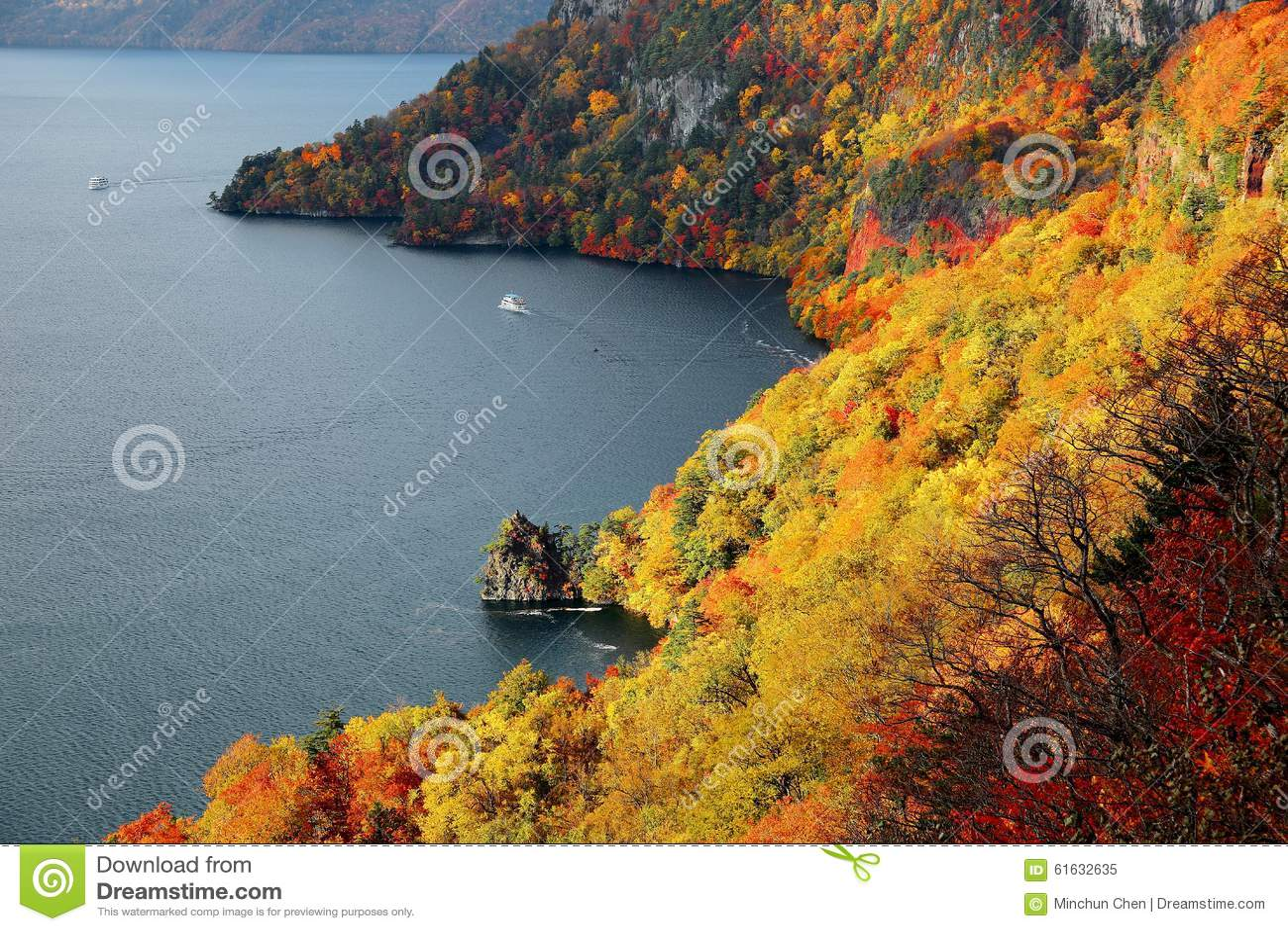Flyg- sikt av ett sightfartyg på höstsjön Towada, i den Towada Hachimantai nationalparken, Aomori, Japan
