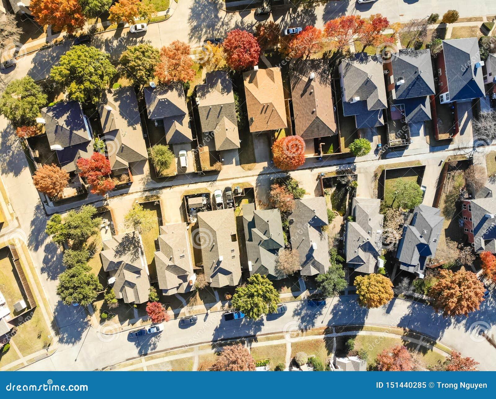 Flyg- sikt av exklusivt bostadsområde nära Dallas i nedgångsäsong