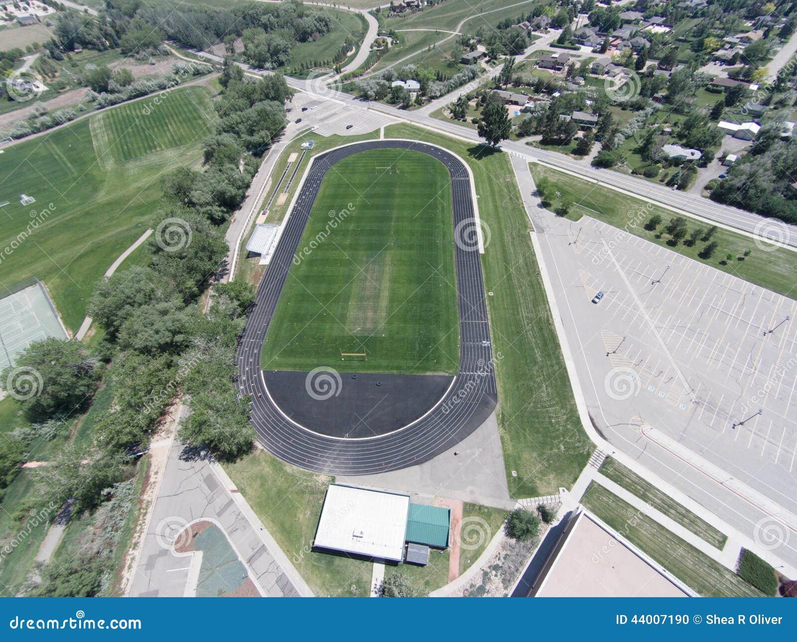Flyg- sikt av fält för Niwot högstadiumsportar