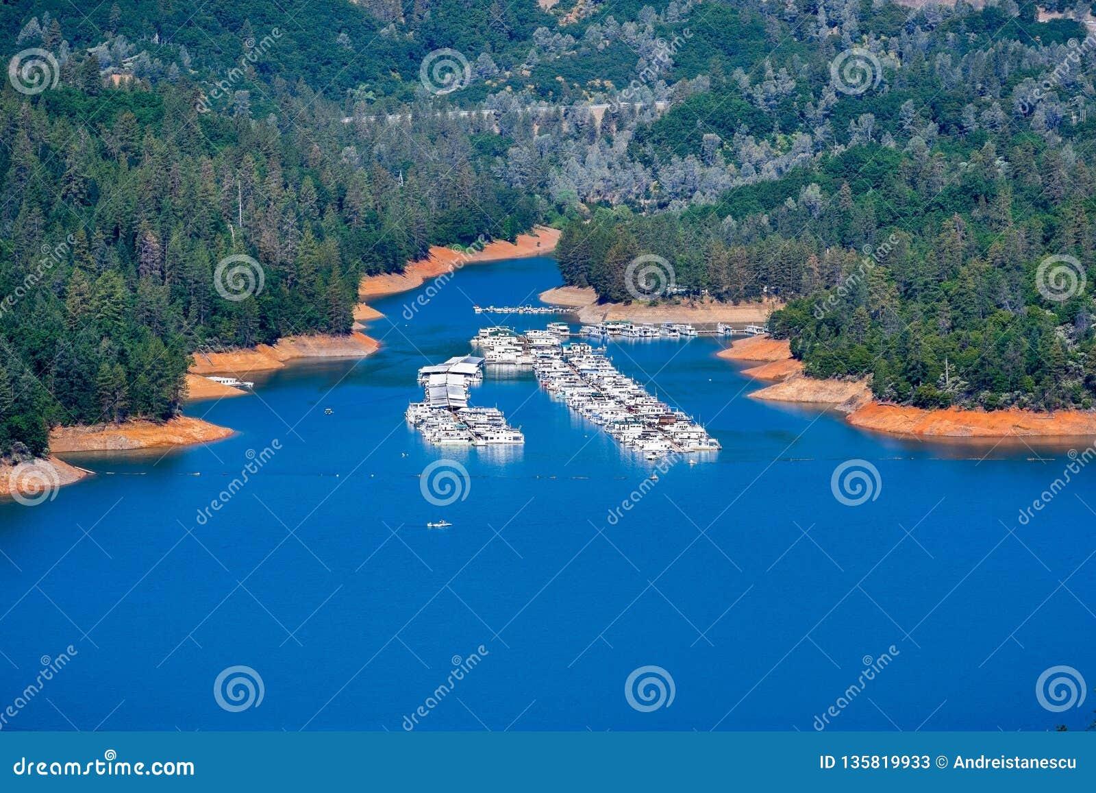 Flyg- sikt av feriehamnen på den McCloud flodarmen av Shasta sjön, Shasta County, nordliga Kalifornien
