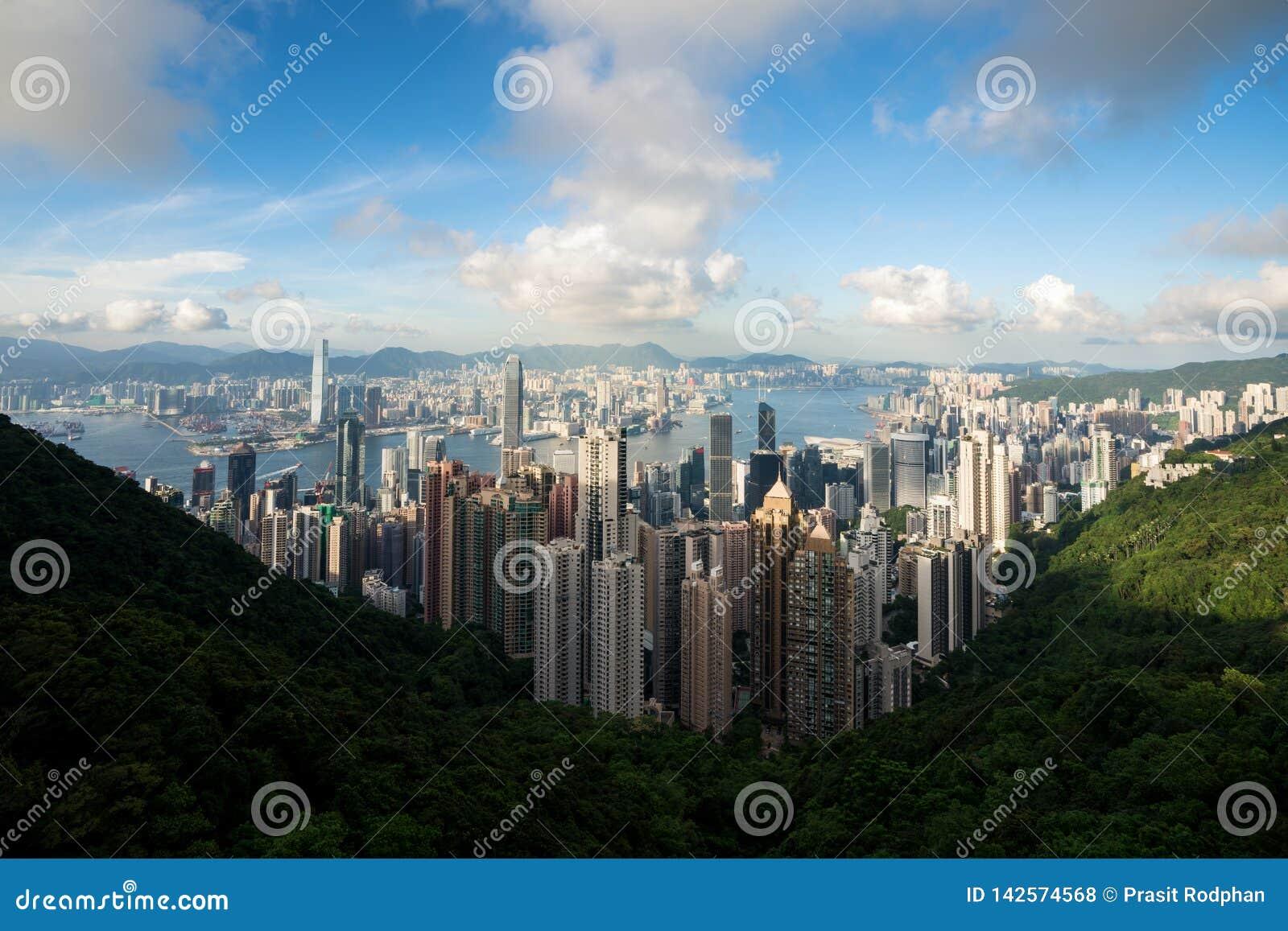 Flyg- sikt av Hong Kong horisont och Victoria Harbor med blå himmel i Hong Kong askfat