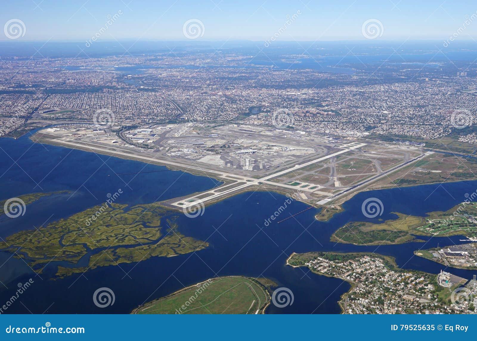 Flyg- sikt av Johnen F Kennedy International Airport & x28; JFK& x29; i New York