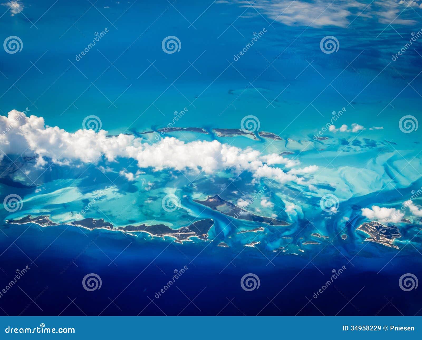 Flyg- sikt av karibiska Bahamas öar som stiger i ett turkoshav