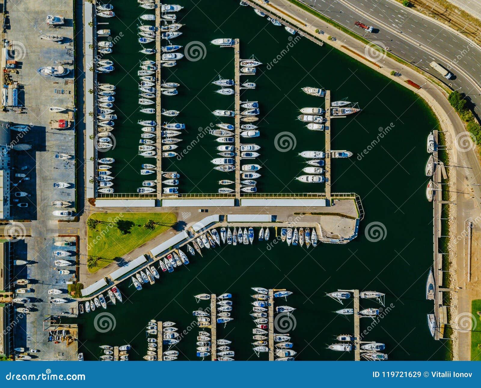 Flyg- sikt av marina med yachter i Valencia till det västra av den kommersiella porten