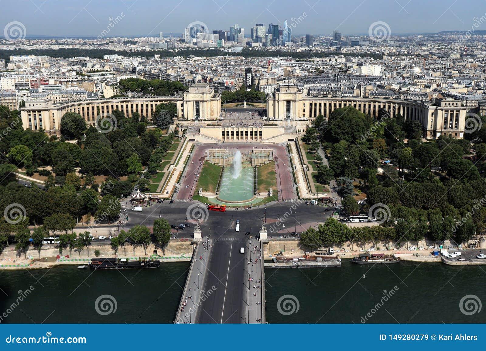 Flyg- sikt av Paris, Frankrike med Seinen