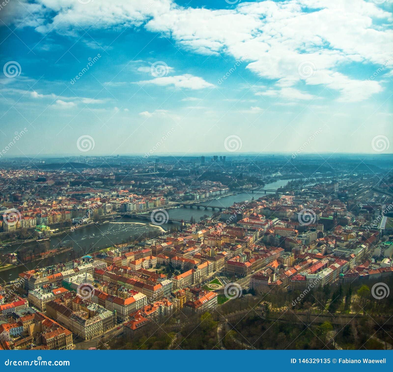 Flyg- sikt av Prague ?ver den Vltava floden