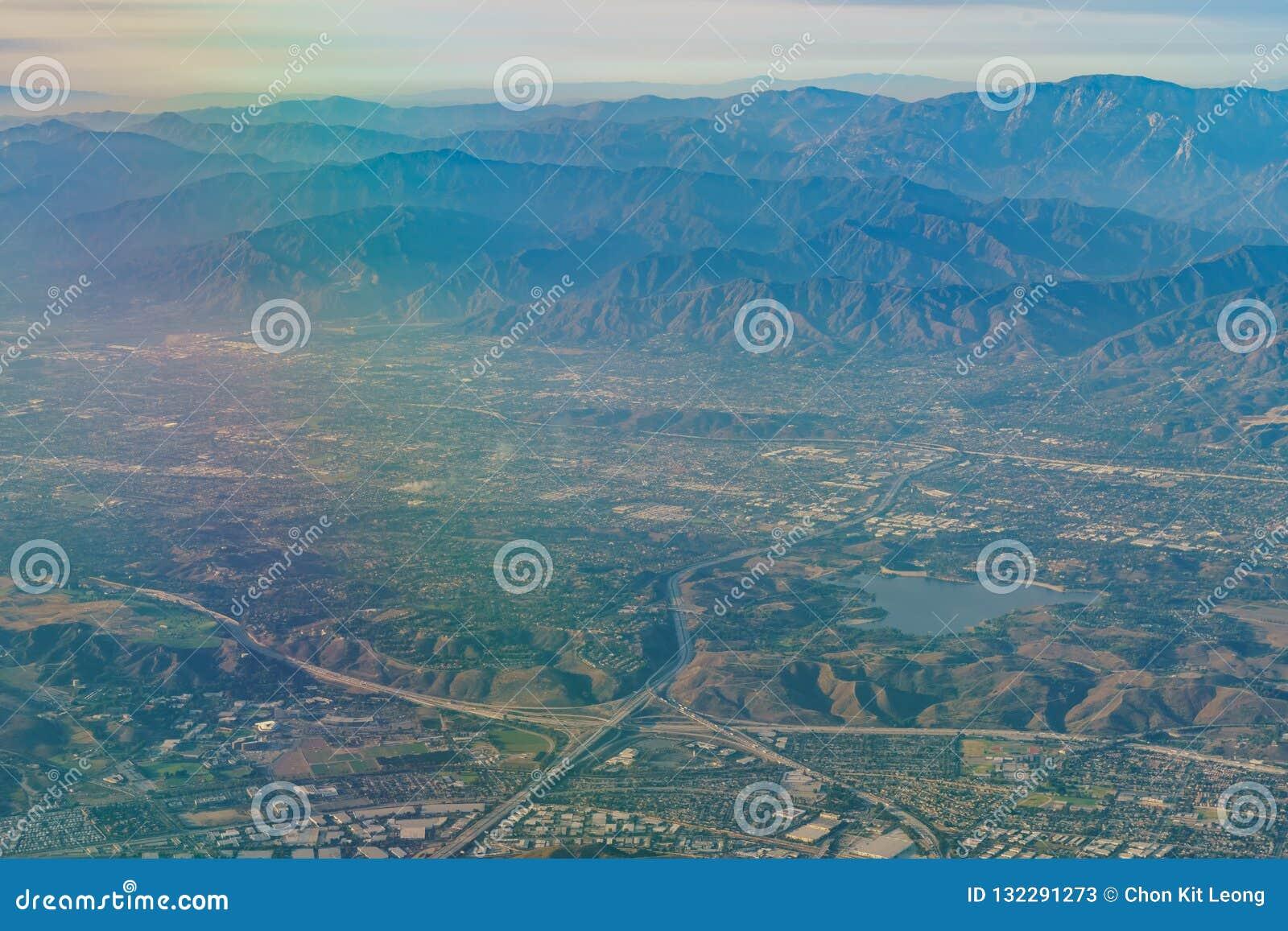 Flyg- sikt av San Dimas och den Puddingstone behållaren, sikt från w