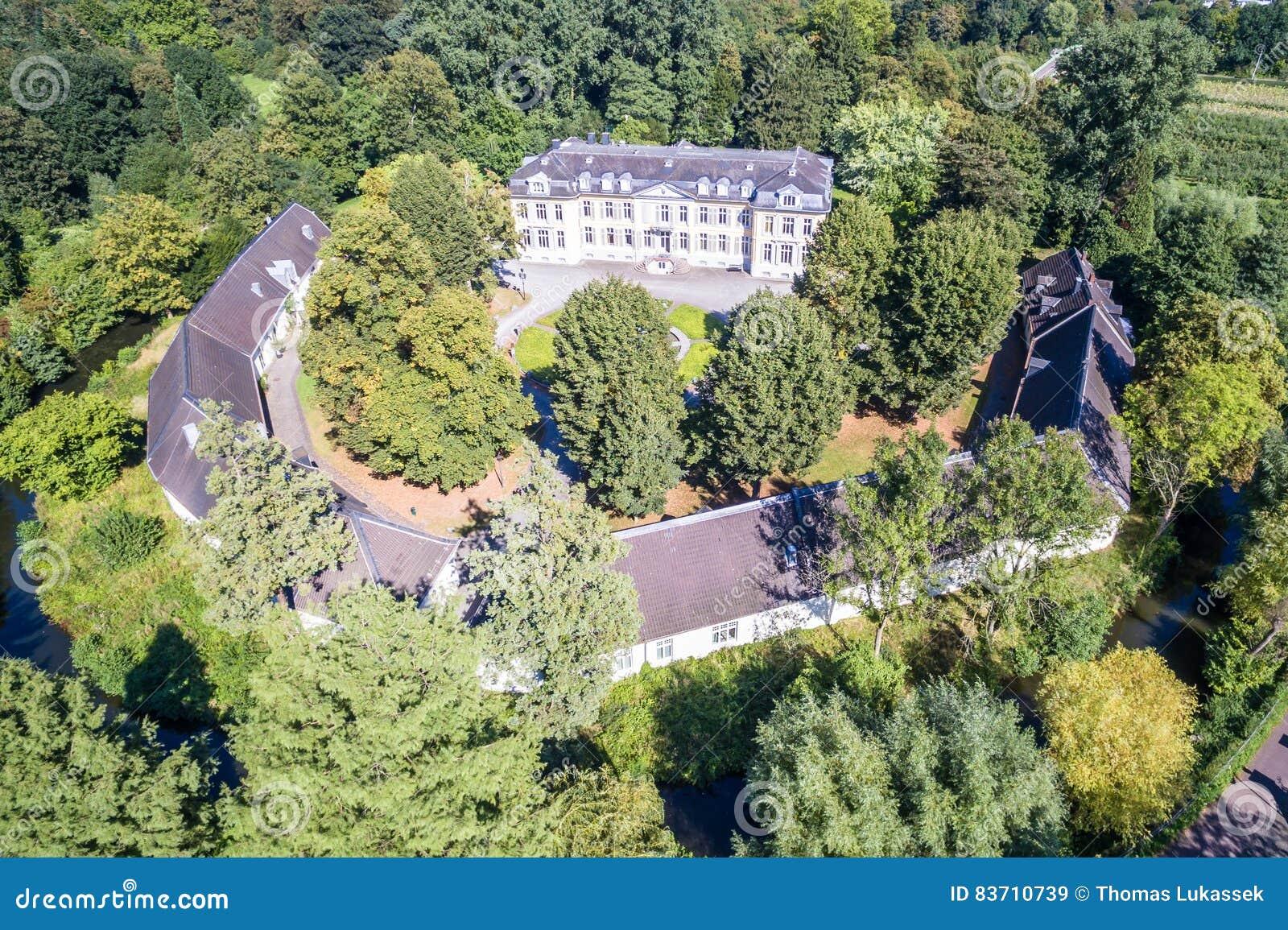 Flyg- sikt av slotten Morsbroich i Leverkusen