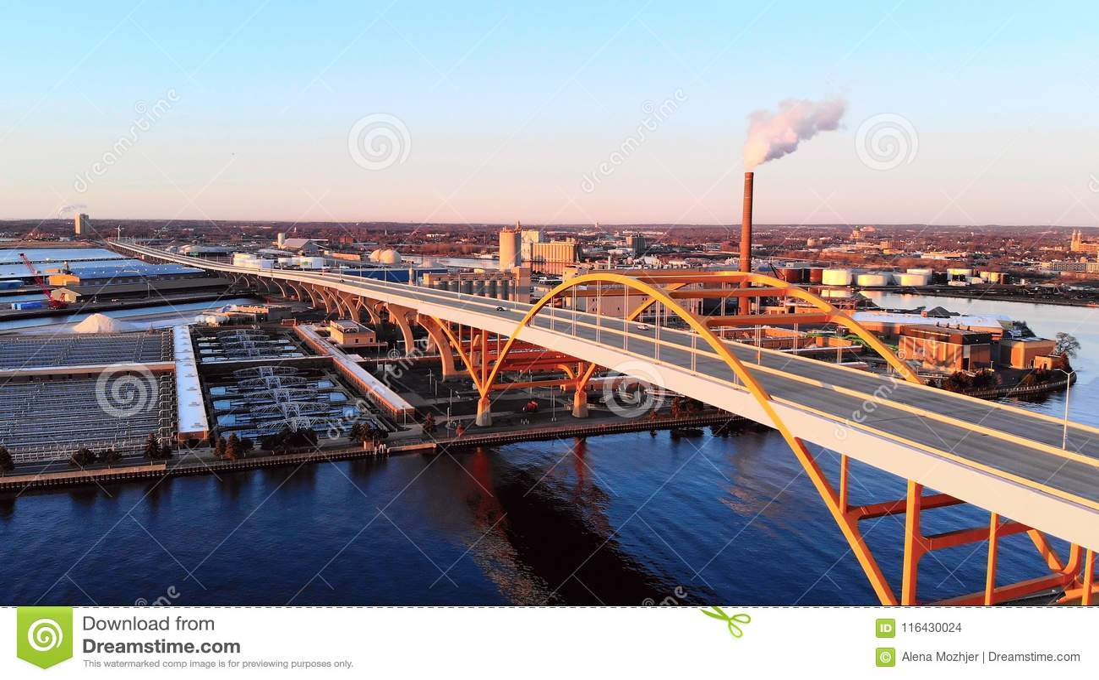 Flyg- sikt av staden Industriell cityscape Milwaukee Wisconsin,
