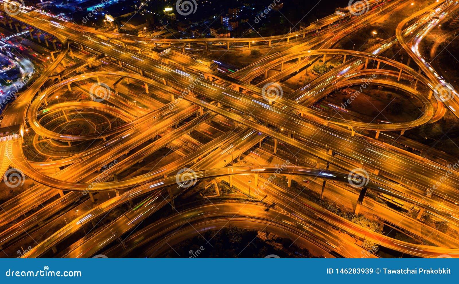 Flyg- sikt av trafik p? massiv huvudv?ggenomsk?rning p? natten