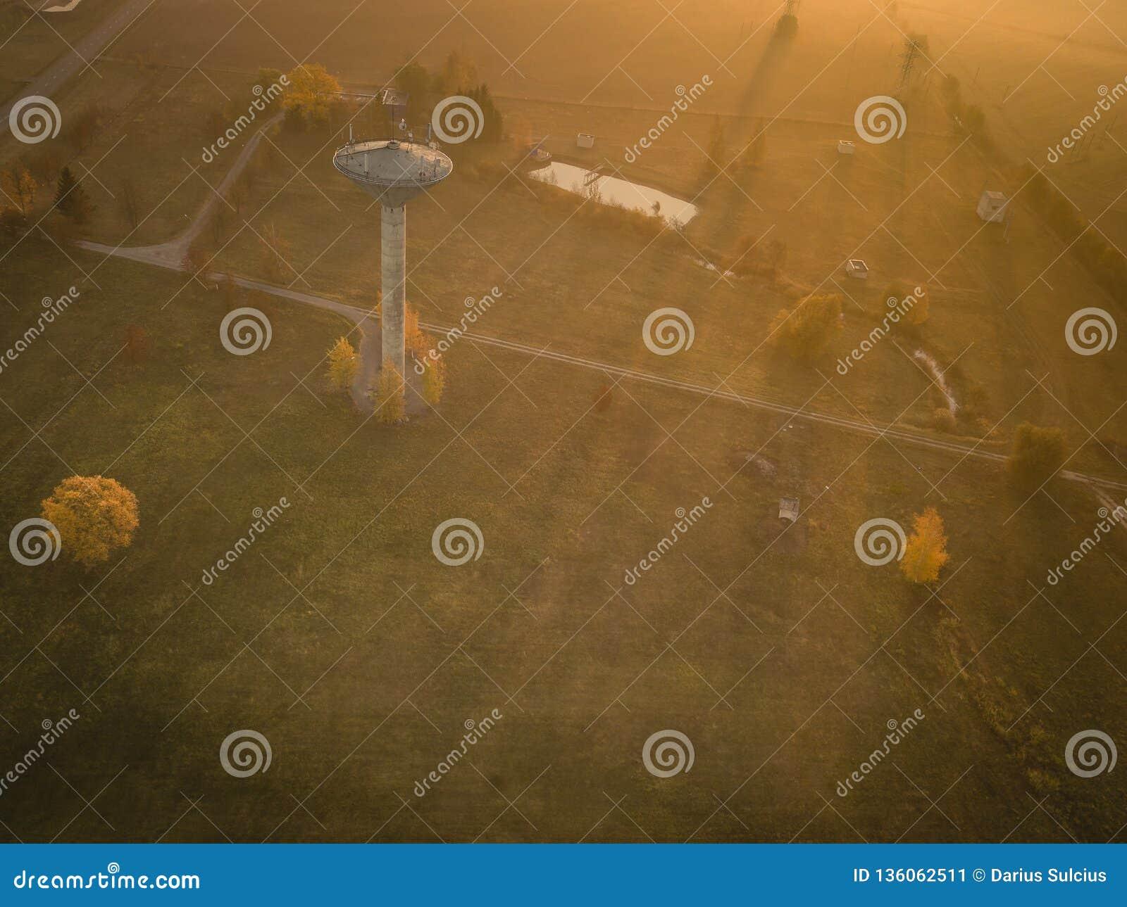 Flyg- sikt av vattentornet under trevlig solig morgon