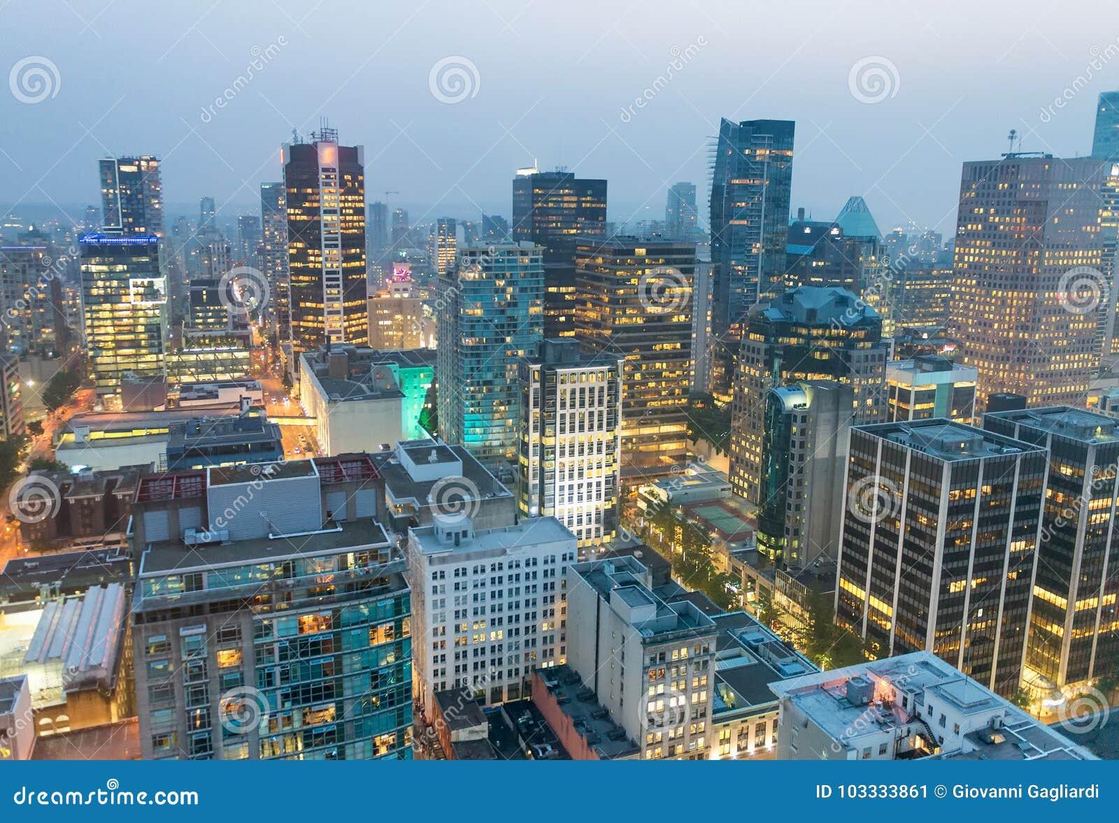 Flyg- sikt för natt av Vancouver skyskrapor från stadstak - B