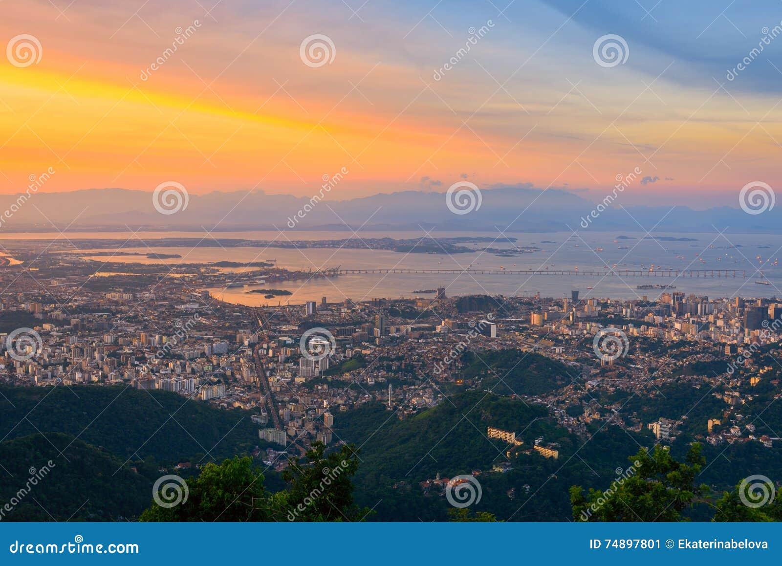 Flyg- sikt för solnedgång av Rio de Janeiro