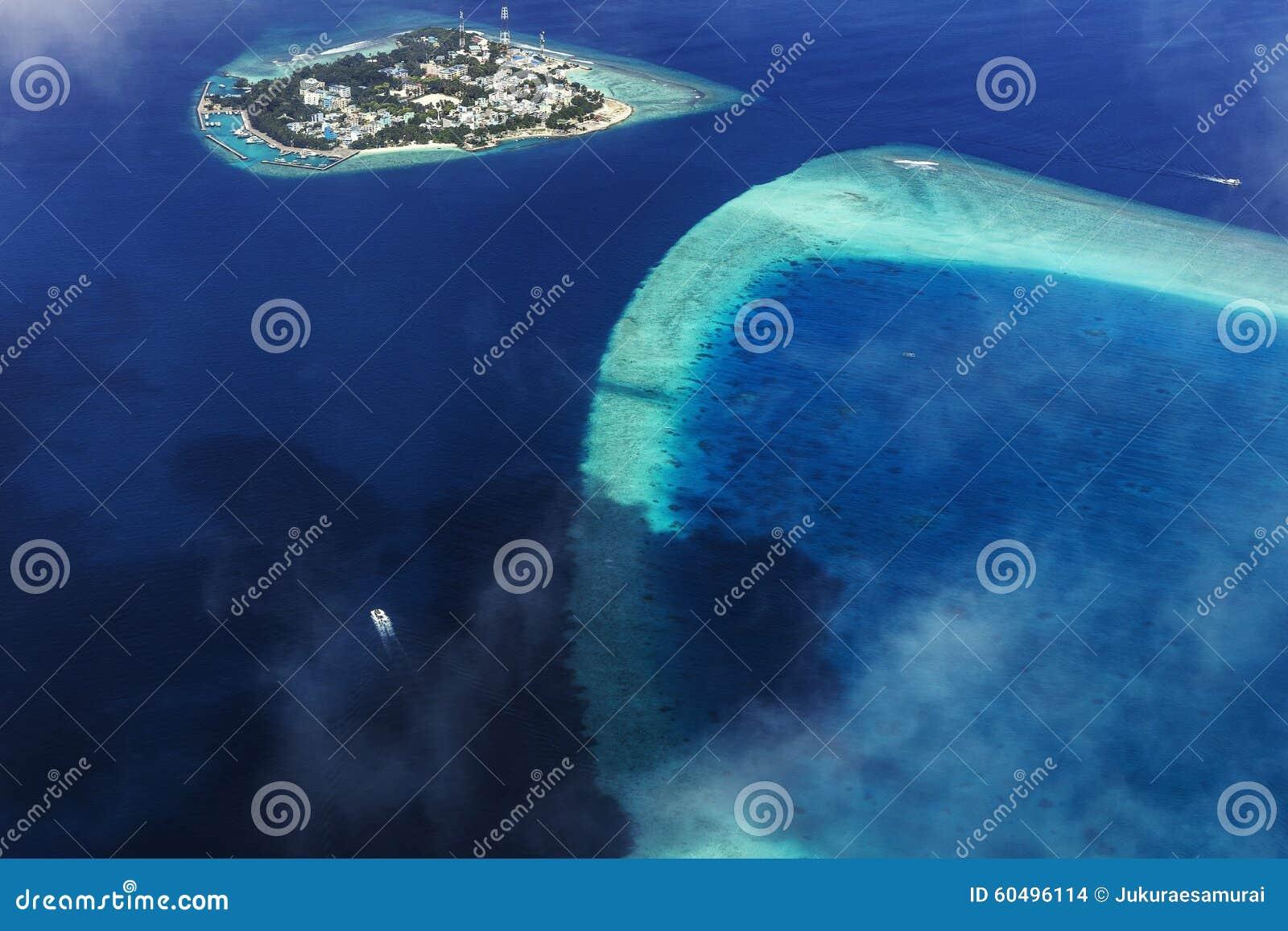 Flyg- sikt från sjöflygplanet över atoller