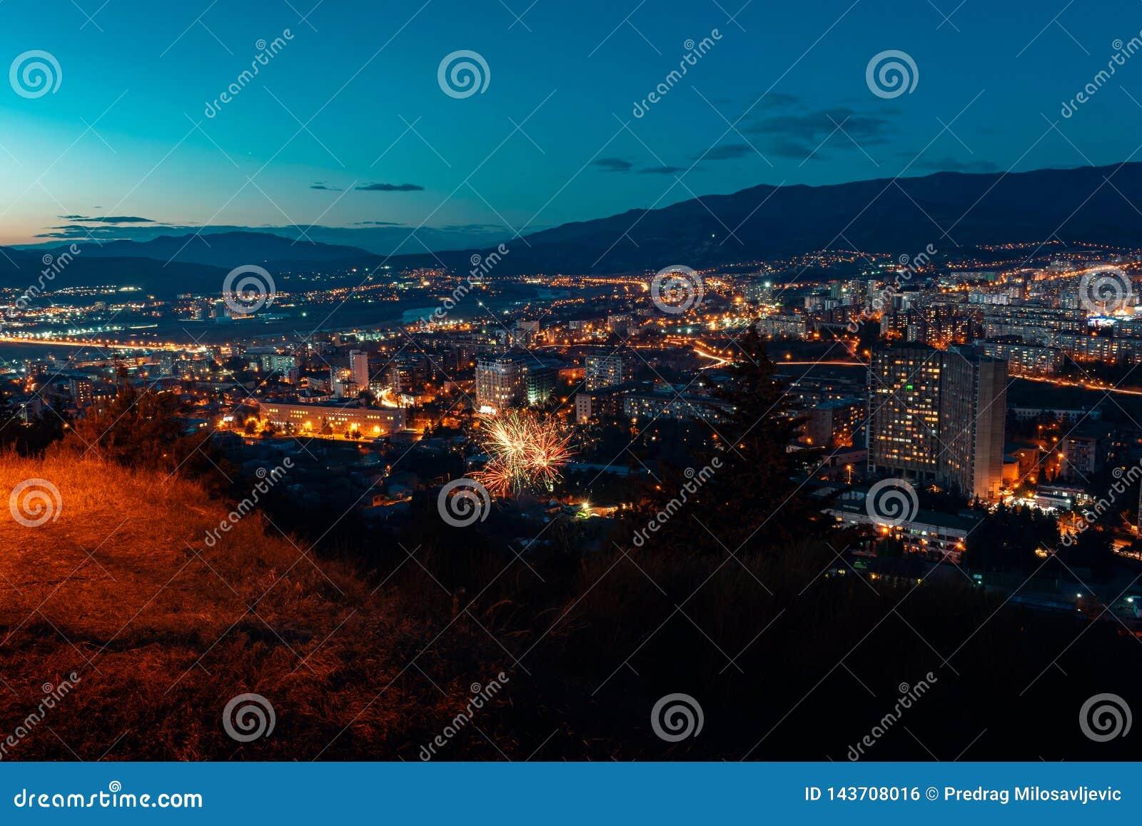 Flyg- sikt, nattcityscapesikt med natthimmel naturlig klar sikt med fyrverkerier över storstadkvarter med gataljus och