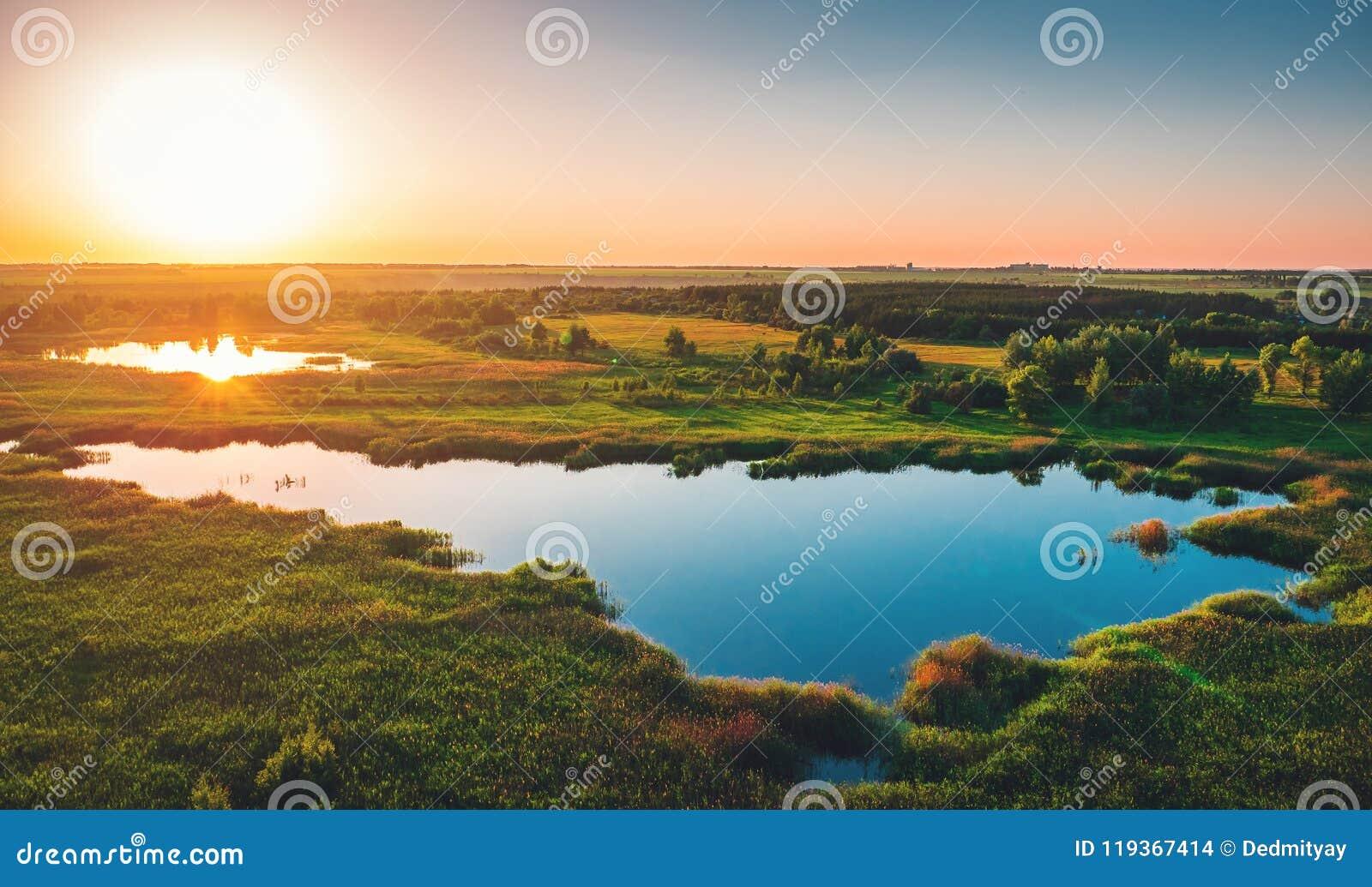 Flyg- sikt ovanför den sommarskog och sjön på solnedgången, härlig naturlandskappanorama